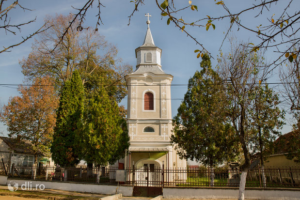 intrarea-in-biserica-greco-catolica-in-prezent-ortodoxa-din-curtuiseni-judetul-bihor.jpg