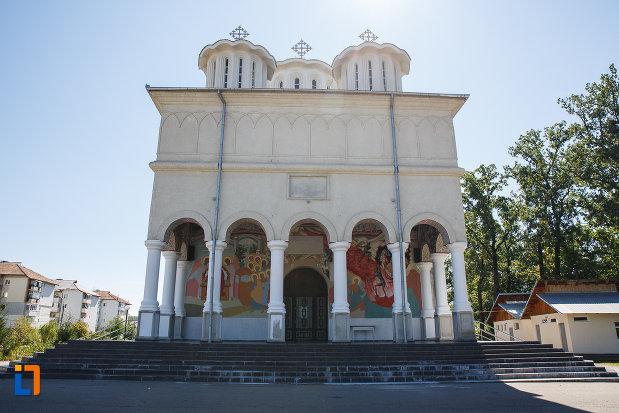 intrarea-in-biserica-inaltarea-domnului-din-plopeni-judetul-prahova.jpg
