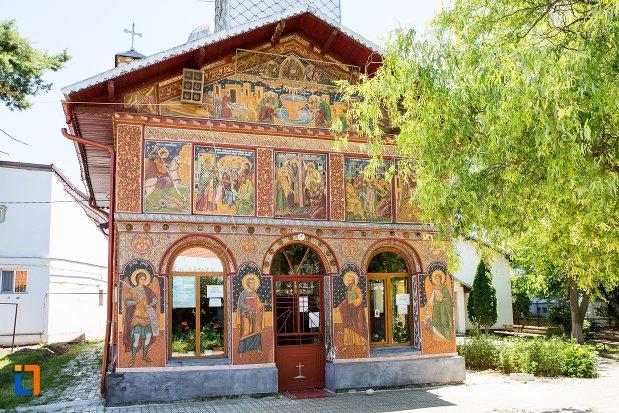 intrarea-in-biserica-izvorul-tamadurii-oborul-vechi-din-targoviste-judetul-dambovita.jpg