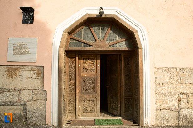 intrarea-in-biserica-maieri-sf-treime-din-alba-iulia-judetul-alba.jpg