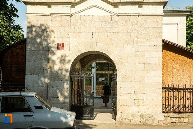 intrarea-in-biserica-nasterea-maicii-domnului-din-buzau-judetul-buzau.jpg