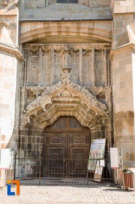intrarea-in-biserica-neagra-1383-1477-din-brasov-judetul-brasov.jpg