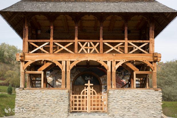 intrarea-in-biserica-noua-de-lemn-din-rozavlea-judetul-maramures.jpg