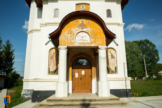 intrarea-in-biserica-noua-din-ticleni-judetul-gorj.jpg