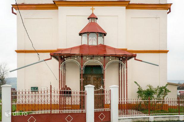 intrarea-in-biserica-ortodoxa-adormirea-maicii-domnului-din-campia-judetul-salaj.jpg