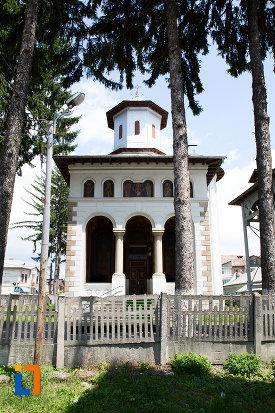 intrarea-in-biserica-ortodoxa-din-pucioasa-judetul-dambovita.jpg