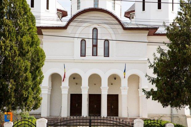 intrarea-in-biserica-ortodoxa-din-teius-judetul-alba.jpg