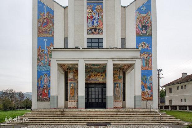 intrarea-in-biserica-ortodoxa-noua-din-bogdan-voda-judetul-maramures.jpg