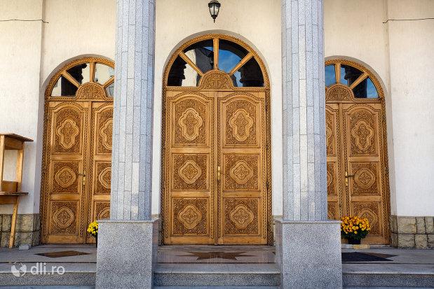 intrarea-in-biserica-ortodoxa-pogorarea-sfantului-duh-din-zalau-judetul-salaj.jpg