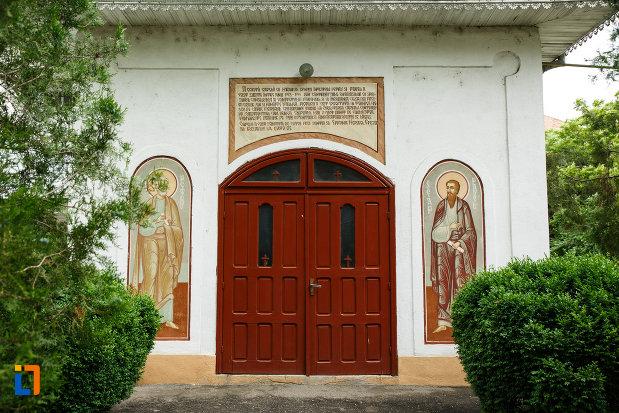 intrarea-in-biserica-ortodoxa-sf-apostoli-petru-si-pavel-din-focsani-judetul-vrancea.jpg