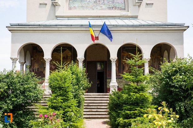 intrarea-in-biserica-ortodoxa-sf-gheorghe-din-racari-judetul-dambovita.jpg