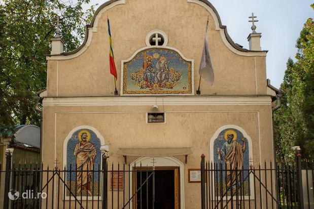 intrarea-in-biserica-ortodoxa-sf-treime-din-oradea-judetul-bihor.jpg