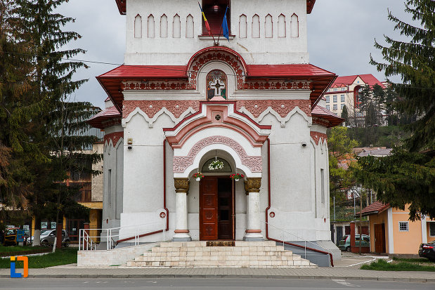 intrarea-in-biserica-ortodoxa-sf-treime-din-petrosani-judetul-hunedoara.jpg