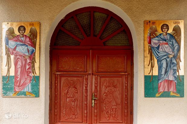 intrarea-in-biserica-ortodoxa-sfintii-arhangheli-mihail-si-gavril-din-salajeni-judetul-salaj.jpg