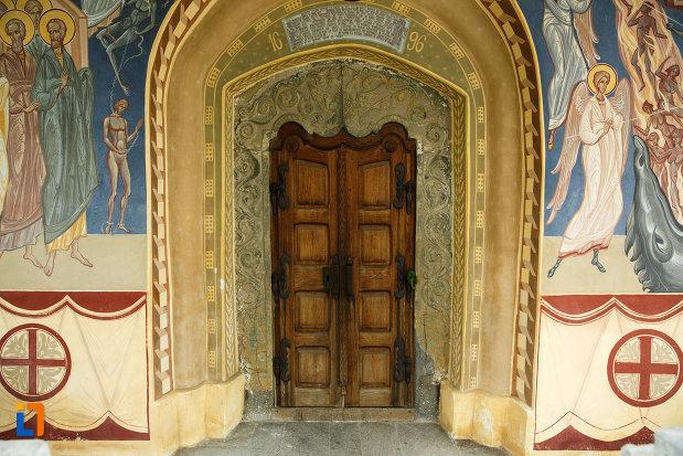 intrarea-in-biserica-ovidenia-din-odobesti-judetul-vrancea.jpg