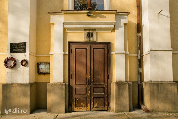 intrarea-in-biserica-reformata-din-valea-lui-mihai-judetul-bihor.jpg