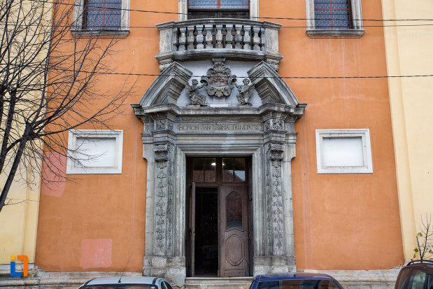 intrarea-in-biserica-romana-catolica-sfanta-treime-din-cluj-napoca-judetul-cluj.jpg