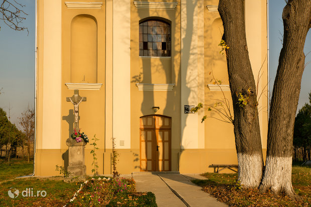 intrarea-in-biserica-romano-carolica-din-adoni-judetul-bihor.jpg