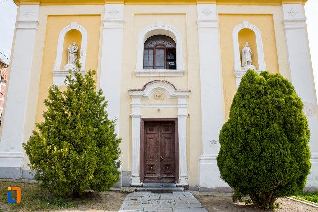 intrarea-in-biserica-romano-catolica-din-oravita-judetul-caras-severin.jpg