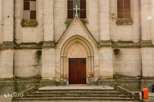 intrarea-in-biserica-romano-catolica-din-valea-lui-mihai-judetul-bihor.jpg