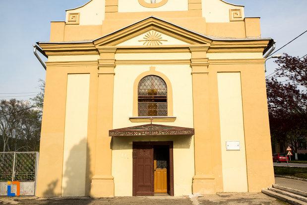 intrarea-in-biserica-romano-catolica-imaculata-conceptiune-1738-din-bocsa-judetul-caras-severin.jpg