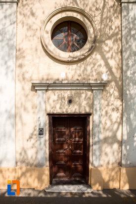 intrarea-in-biserica-romano-catolica-maria-zapezii-1848-din-resita-judetul-crasa-severin.jpg