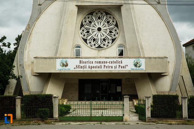 intrarea-in-biserica-romano-catolica-sf-apostoli-petru-si-pavel-din-focsani-judetul-vrancea.jpg