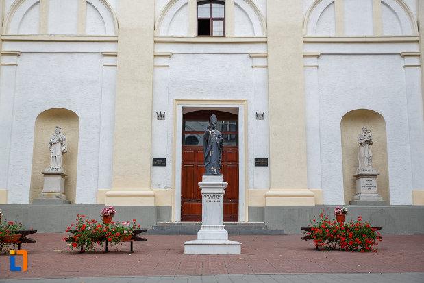intrarea-in-biserica-romano-catolica-sf-ioan-nepomuc-din-suceava-judetul-suceava.jpg