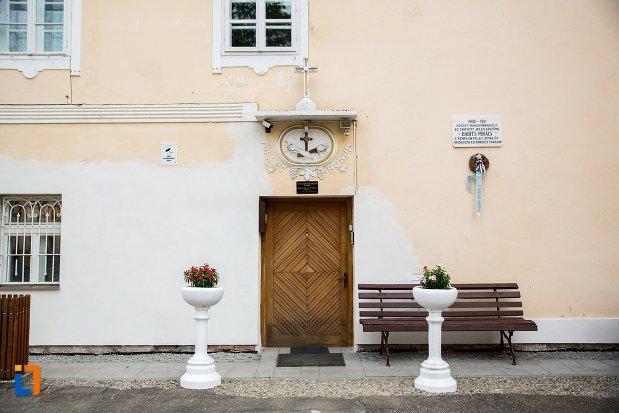 intrarea-in-biserica-romano-catolica-si-manastirea-franciscana-1736-din-fagaras-judetul-brasov.jpg