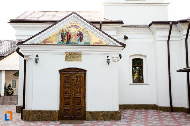 intrarea-in-biserica-roset-din-botosani-judetul-botosani.jpg