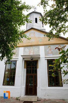 intrarea-in-biserica-schimbarea-la-fata-din-moreni-judetul-dambovita.jpg