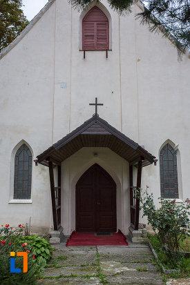 intrarea-in-biserica-sf-anton-de-padova-din-zarnesti-judetul-brasov.jpg