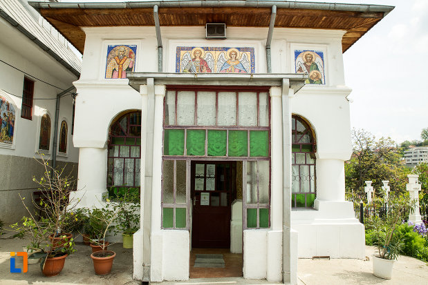 intrarea-in-biserica-sf-arhangheli-din-slatina-judetul-olt.jpg