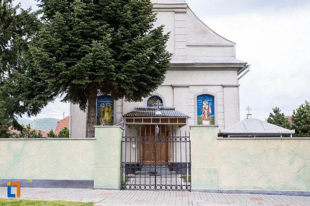 intrarea-in-biserica-sf-gheorghe-1840-din-otelu-rosu-judetul-caras-severin.jpg