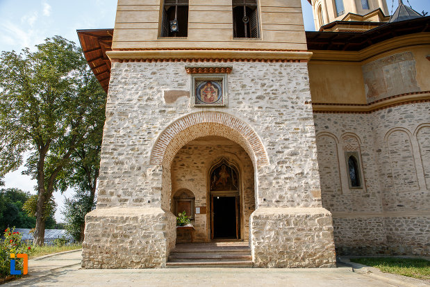 intrarea-in-biserica-sf-gheorghe-mirauti-1391-din-suceava-judetul-suceava.jpg