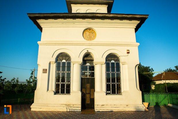 intrarea-in-biserica-sf-imparati-constantin-si-elena-din-buzau-judetul-buzau.jpg