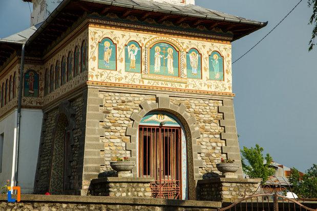 intrarea-in-biserica-sf-imparati-constantin-si-elena-din-odobesti-judetul-vrancea.jpg