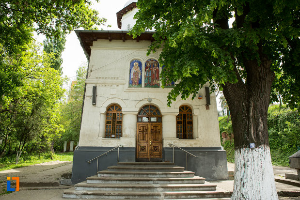 intrarea-in-biserica-sf-imparati-din-slatina-judetul-olt.jpg