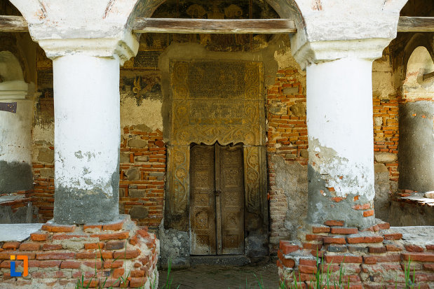 intrarea-in-biserica-sf-ioan-botezatorul-1793-din-ocnele-mari-judetul-valcea.jpg