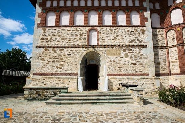 intrarea-in-biserica-sf-nicolae-din-1495-biserica-domneasca-din-dorohoi-judetul-botosani.jpg