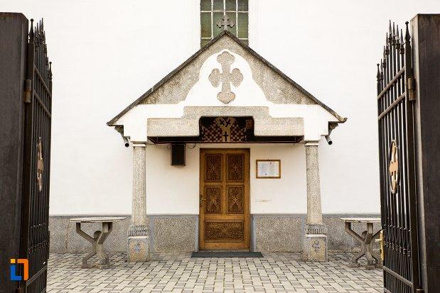 intrarea-in-biserica-sf-nicolae-din-aiud-judetul-alba.jpg