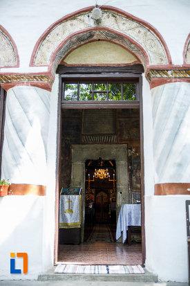 intrarea-in-biserica-sf-nicolae-din-breaza-judetul-prahova.jpg