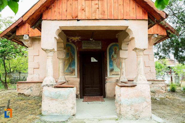 intrarea-in-biserica-sf-nicolae-din-lazaresti-judetul-gorj.jpg