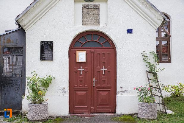 intrarea-in-biserica-sf-nicolae-din-zarnesti-judetul-brasov.jpg