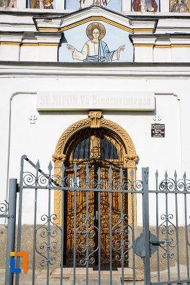 intrarea-in-biserica-sf-nifon-sarbi-1852-din-targoviste-judetul-dambovita.jpg