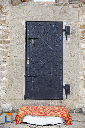 intrarea-in-biserica-sf-treime-1352-din-siret-judetul-suceava.jpg