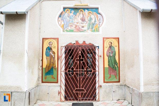 intrarea-in-biserica-sf-treime-din-ghimbav-judetul-brasov.jpg