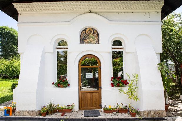intrarea-in-biserica-taierea-capului-sf-ioan-botezatorul-din-targoviste-judetul-dambovita.jpg