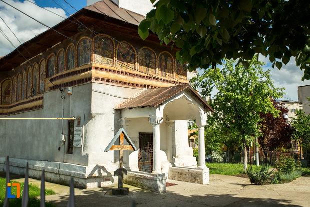 intrarea-in-biserica-toti-sfintii-din-caracal-judetul-olt.jpg