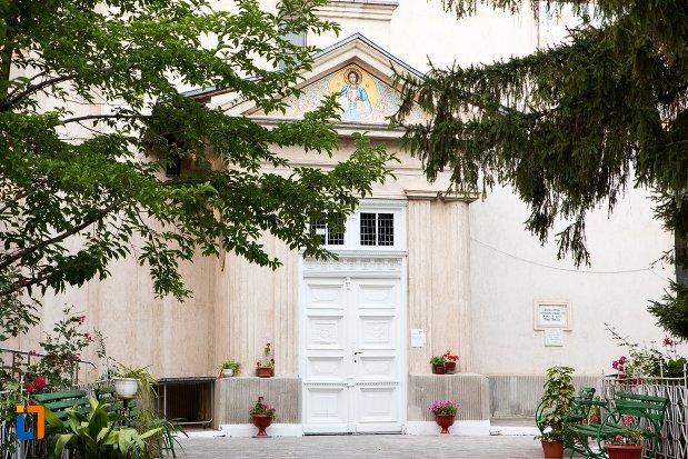 intrarea-in-biserica-uspenia-din-botosani-judetul-botosani.jpg